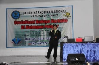 Brigjen Pol. dr. Victor Pudjadi, Sp.B, FICS, DFM. (Direktur Advokasi Deputi Bidang Pencegahan BNN RI) memberikan materi bahaya penyalahgunaan narkoba