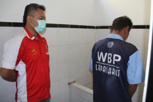 Disaksikan Petugas BNNK Garut, Narapidana memasukan urine ke dalam pot (Dok: BNNK Garut)