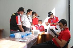 Petugas BNNK Garut memeriksa hasil test urine (Dok: BNNK Garut)