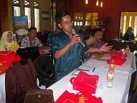Ganjar SE, M.Si, peserta dari UPT Dinas Pendidikan Kecamatan Wanaraja menyampaikan kondisi kasus penyalahgunaan narkoba di kalangan pelajar khususnya di kecamatan Wanaraja Kabupaten Garut. (Fhoto: Dok BNNK Garut)