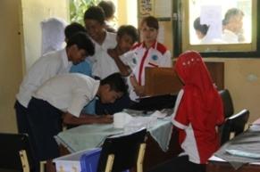 Siswa mengisi absensi sebelum di test urine ( Fhoto:Dok. BNNK Garut )
